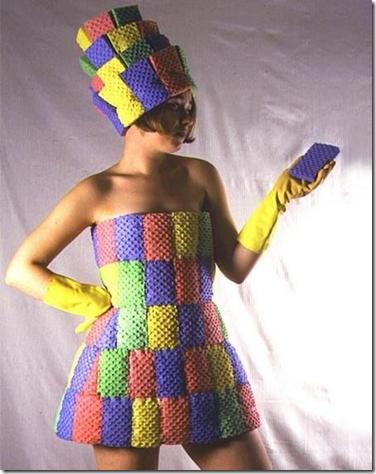 Платье из губки для мытья посуды.