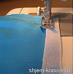 прихватываем кромку к плечевому шву для эластичной ткани