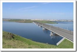 Мостмежду берегами